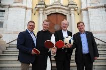 Foto: DSG-St. Pölten-Vorsitzender Sepp Eppensteiner, Olympia-Kaplan Pater Johannes Paul Chavanne, Sportbischof Alois Schwarz, Kremser Sportpfarrer Franz Richter
