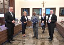 Umweltreferatsbischof Alois Schwarz, Kardinal Turkson und Landeshauptfrau Johanna Mikl-Leitner. COPYRIGHT: NLK Pfeiffer