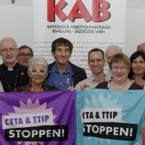 """Weihbischof Franz Scharl, KA-Generalsekretär Christoph Watz u.a. mit KAB-Vorsitzendem Philipp Kuhlmann: """"CETA, TTIP und TiSA sind in der derzeitigen Form nicht akzeptierbar"""". (Foto: KAB, J. Petschinger)"""
